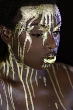 Frau mit goldener Tinte von Iris Kelly Kuntkes