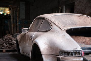 Verlassener Porsche in der Garage. von Roman Robroek