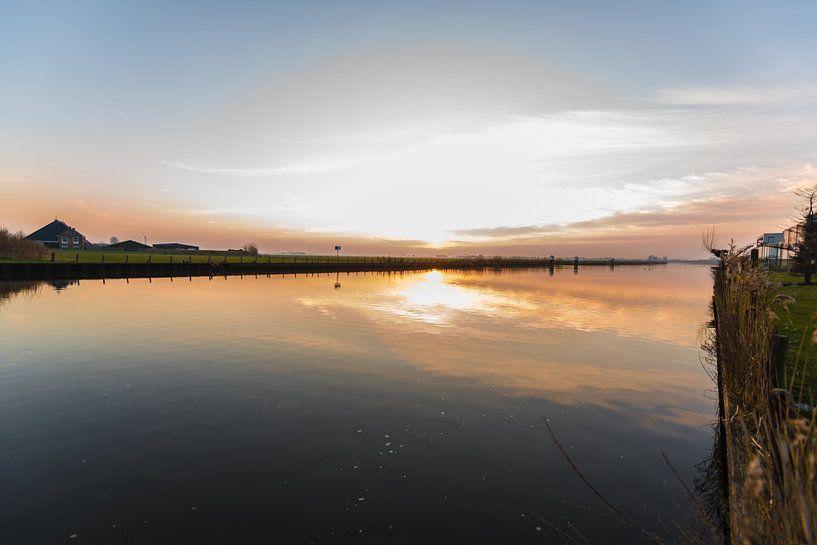 Zonsondergang over het water van Brian Morgan