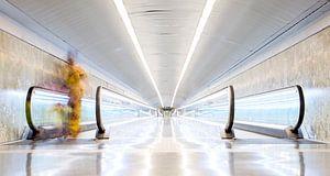 Metrostation El Coll / La Teixonera in Barcelona met Afrikaanse vrouw