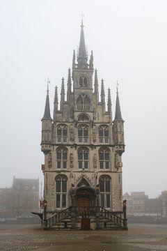 Stadhuis Gouda in de mist van Wim van der Wind