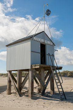 Drenkelingenhuisje op het Noordzeestrand van Terschelling van Tonko Oosterink