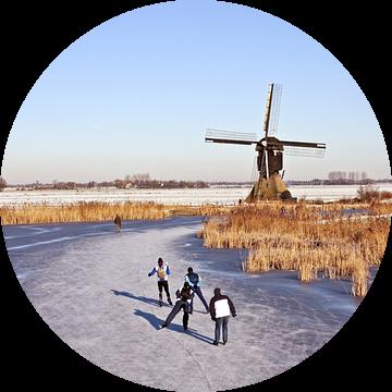 Schaatsen bij de molen op het platteland in Nederland van Nisangha Masselink