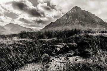 Willkommen in den Highlands, Buachaille Etive Mor, Schottland, in schwarz und weiß von Paul van Putten