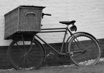 Oude transportfiets tegen molen von richard de bruyn