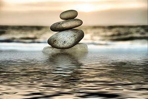 Stenen toren op het strand van Frank Grässel