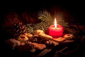 Une bougie entre deux biscuits de Noël