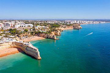 Luftaufnahme der Kirche Signora Nossa bei Armacao de Pera an der Algarve Portugal von Nisangha Masselink