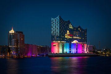 Hamburg Hafencity with Elbphilharmonie in rainbow colors sur Sabine Wagner