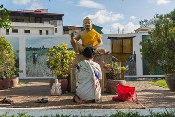 Vrouw knielend in gebed, Phnom Penh, Cambodja van Frank Alberti