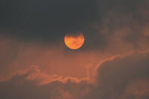Zon achter wolken | Zacht rood licht | Zon in India