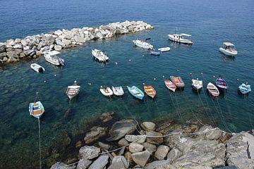 freizeitboote in einem felsigen naturhafen im mediterranen meer in italien, luftaufnahme von oben von Maren Winter