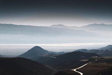 Kurvenreiche Straßen durch das Death Valley von Moniek Kuipers