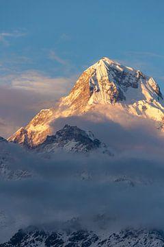 Berg mit klebrigen Wolken am Abend von Mickéle Godderis