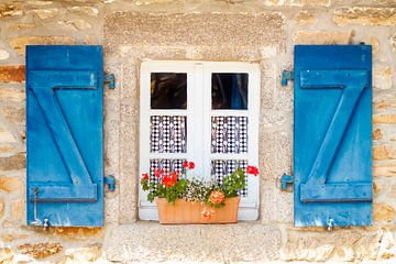 Raam met luiken in Frankrijk van Evelien Oerlemans