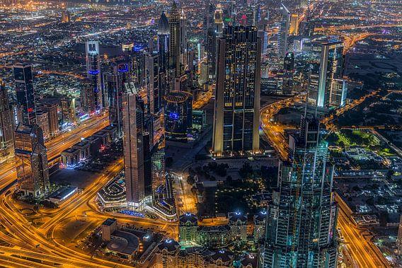Dubai bij nacht 2 van Peter Korevaar