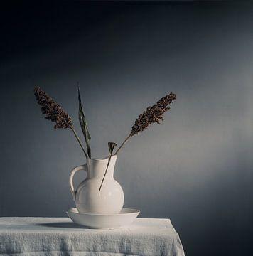 Sorghum (Blume/Getreide) in antiker Vase von Mariska Vereijken
