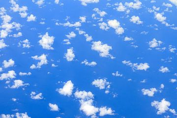 Wolken boven de oceaan sur Dennis van de Water