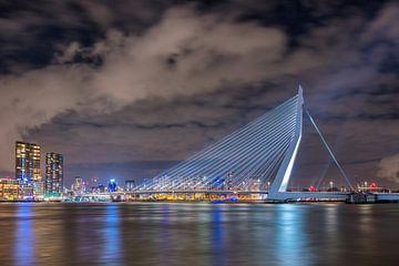 Die ikonische Erasmus-Brücke bei Nacht von Tony Vingerhoets