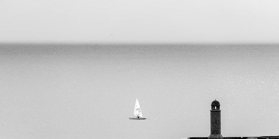 Zeilbootje voor de ingang van de haven Arrecife