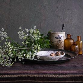 Nature morte moderne avec persil de vache, poterie et étain sur Affect Fotografie