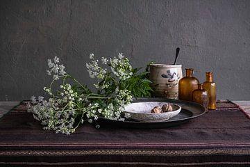 Modernes Stillleben mit Kuh-Petersilie, Keramik und Zinn von Affect Fotografie