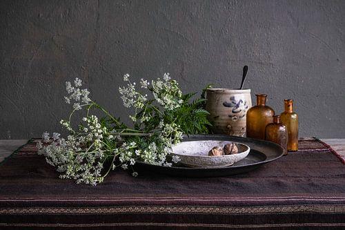 Modern stilleven met fluitenkruid, aardewerk en tin
