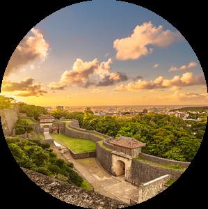 Shuri Castle bij zonsondergang. van Kuremo Kuremo