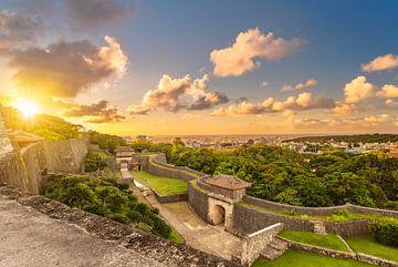 Schloss Shuri bei Sonnenuntergang. von Kuremo Kuremo