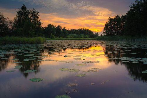 Warme zonsondergang aan een meertje in De Wieden