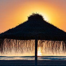 Parasol op het strand in de zonsondergang van Frank Herrmann