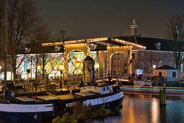 Verlichte houten brug in Amsterdam van