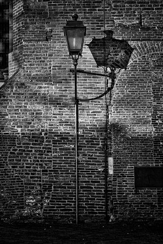 Lantaarn op Domplein in Utrecht in zwartwit