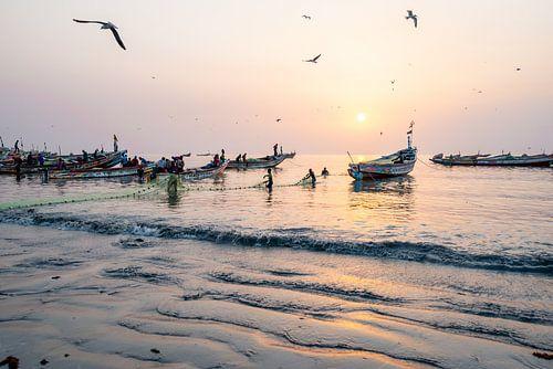 Zonsondergang in een vissersdorp in Afrika