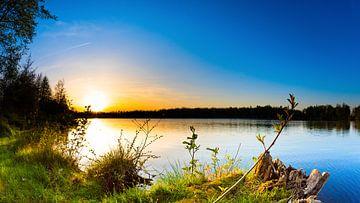 Zonsondergang bij een meer van Günter Albers