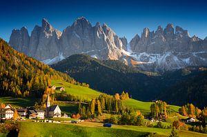 Berg dorp in de herfst