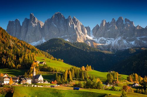 Berg dorp in de Dolomieten in de herfst van iPics Photography