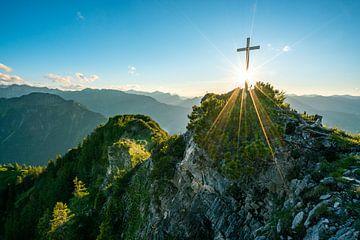 Uitzicht vanaf het bergtopkruis Riefenkopf in Allgäu van Leo Schindzielorz