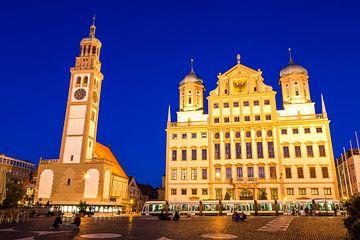 Rathausplatz in Augsburg am Abend von Werner Dieterich