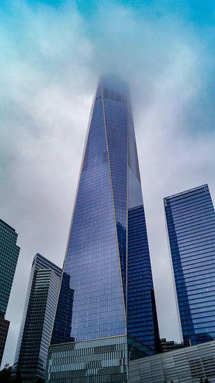 One World Observatory tower New York in de wolken