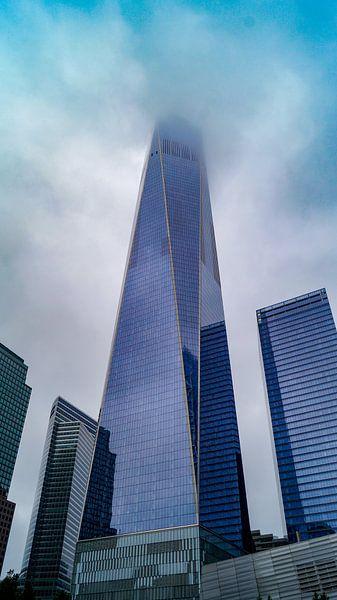 One World Observatory tower New York in de wolken van ticus media