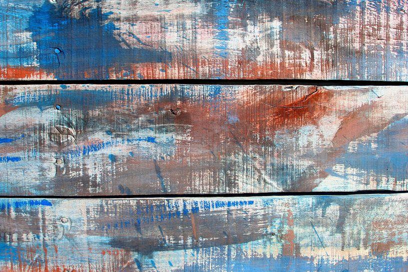 Abstract figuren en kleuren op verweerd hout /tweeluik 1 van Inge Hogenbijl