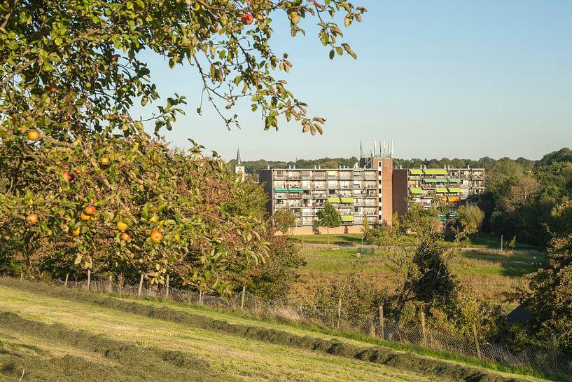 Dorpje Simpelveld genietend van een herfstzonnetje van John Kreukniet