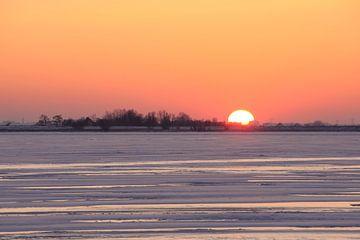 Zonsondergang bij bevroren Gouwzee van Barbara Brolsma