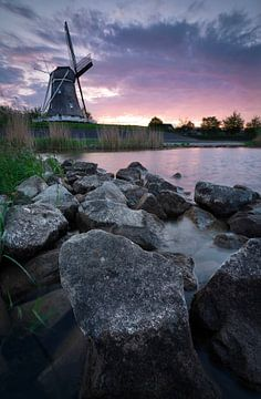 Paarse zonsondergang met molen