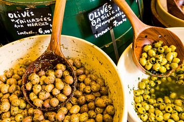 Olijven op een markt in de Provence van Werner Dieterich