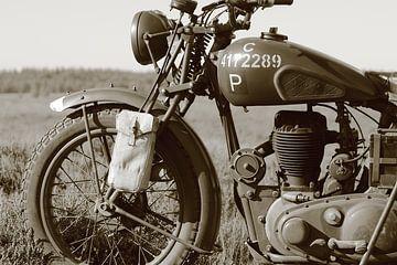 BSA-Motorrad aus dem Zweiten Weltkrieg schwarz-weiß, sepiafarben von Bobsphotography