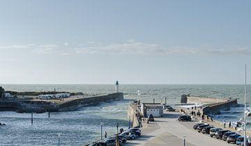Wütende Wellen im Hafen der Normandie von Willem van den Berge
