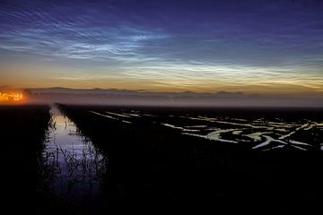 Lichtende nachtwolken van Dirk van Egmond