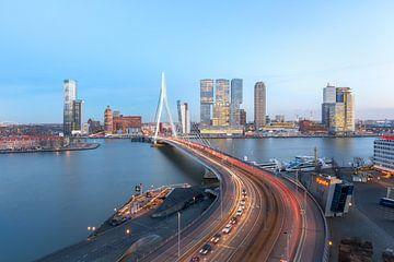 Erasmus bridge with the skyline of Rotterdam von Prachtig Rotterdam